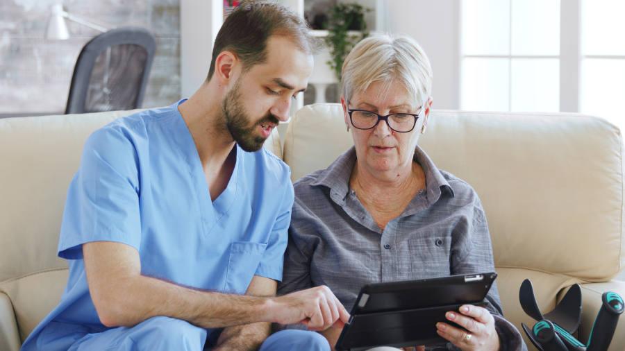 Corso OSS – Assistente socio-sanitario con signora anziana